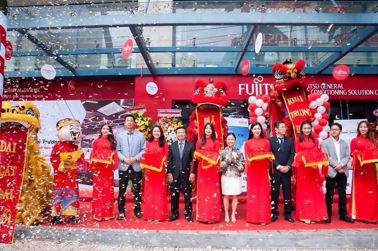 Nghi thức cắt băng chính thức khai trương showroom Fujitsu đầu tiên tại Việt Nam.