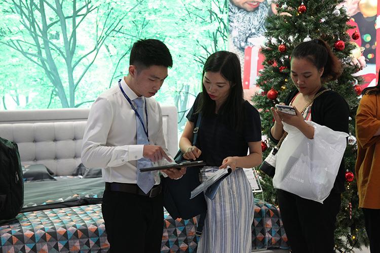 Nhân viên tư vấn thông tin về sản phẩm tận tình cho khách.