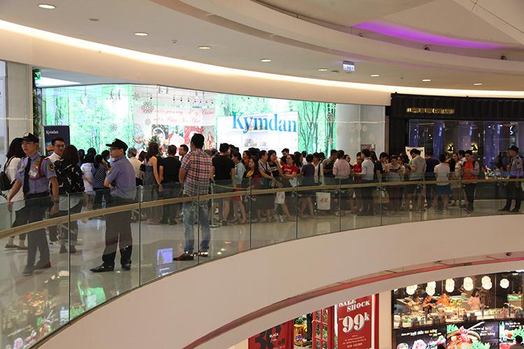 Hàng trăm khách tụ tậptrước giờ mở bán chương trình khuyến mãi.