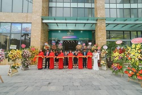 Đại diện Sim Island và các khách mời cắt băng khánh thành văn phòng kinh doanh tại Hà Nội.