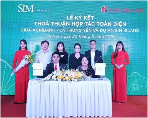 Đại diện Sim Island (trái hay phải?) ký kết hợp tác với Agribank chi nhánh Trung Yên tại sự kiện.