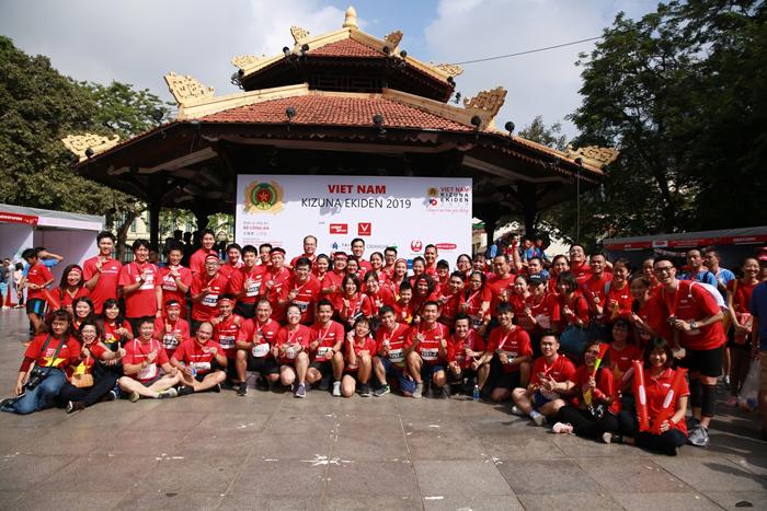 Lực lượng vận động viên và cổ động viên đông đảo của Dai-ichi Life Việt Nam tại Vietnam Kizuna Ekiden 2019.