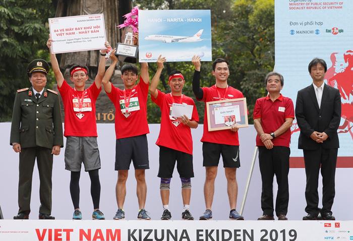 Đội có số BIB 1050 của Dai-ichi Life Việt Nam đạt giải nhất nội dung Kizuna với tổng thời gian 57 phút 34 giây (13,7km).