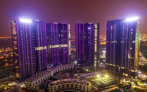 Nằm trong khuôn viên của khu đô thị Nam Thăng Long (Ciputra), Sunshine City phát triển6 tòa tháp chung cư cao tầng và hơn 70 căn biệt thự, hệ thống shophouse. Dự án códịch vụ tiện ích chuẩn 5 sao quốc tế, nội thất mạ vàng cùng hệ thống quản lý - vận hành thông minh. Những điểm nhấn trên giúpSunshine City nhận giải thưởngNhà ở hạng sang tốt nhất Việt Namdo Hội đồng Dot Property Vietnam Awards 2018 bình chọn. Chủ đầu tưđang hoàn thiện cácgiai đoạn thi công cuối, chuẩn bị bàn giao cho khách hàng.