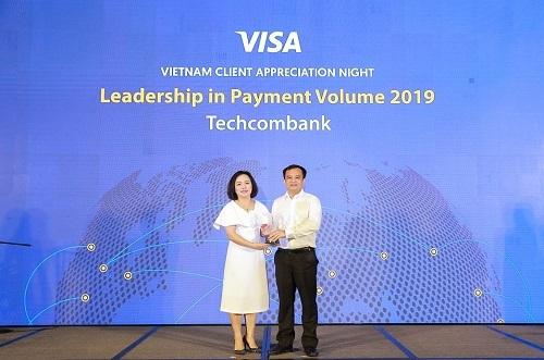 Đại diện Techcombank (vị nào?) nhận giải thưởng từ Visa.