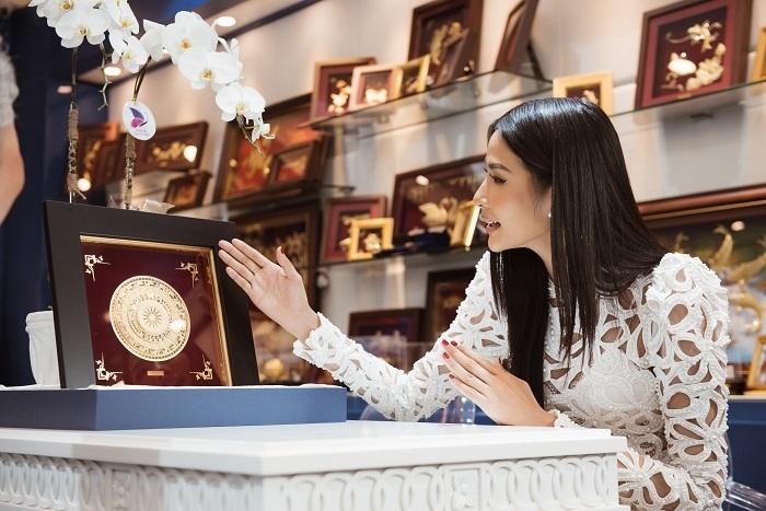 Hoàng Thùy cùng quà tặng quốc gia sẽ mang văn hóa Việt Nam đến với sân chơi quốc tế