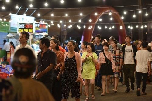 Chợ đêm Hà Tiên là điểm du lịch hấp dẫn lại thành phố biển.