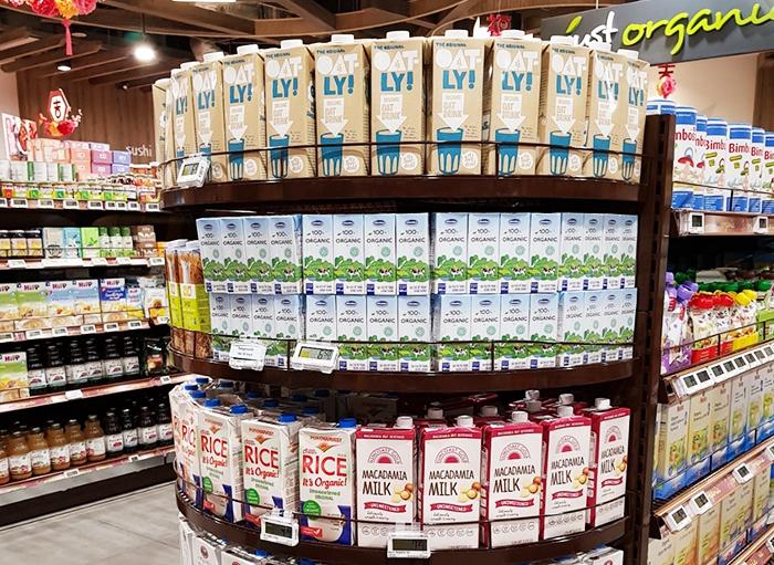 Sữa tươi Organic của Vinamilk đang bán tại khu vực chuyên cho thực phẩm organic của siêu thị FairPrice nổi tiếng của Singapore