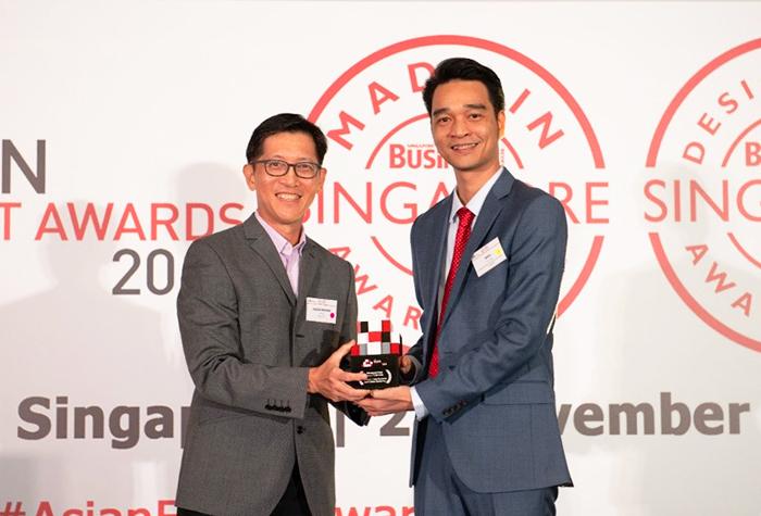 Ông Võ Trung Hiếu - Giám đốc Kinh doanh Quốc tế VinamIlk (phải) nhận giải thưởng Doanh nghiệp xuất khẩu của châu Á, vào ngày 29/11 tại Singapore.