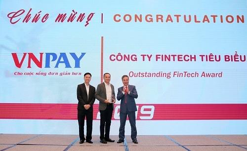 Ông Nguyễn Tuấn Lương (giữa), Phó Tổng Giám đốc VNPAY nhận giải thưởng Công ty Fintech tiêu biểu năm 2019.