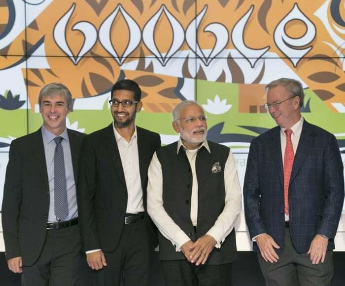 Larry Page (trái) và Sundar Pichai (thứ 2 từ trái qua) trong một sự kiện năm 2017. Ảnh: Reuters