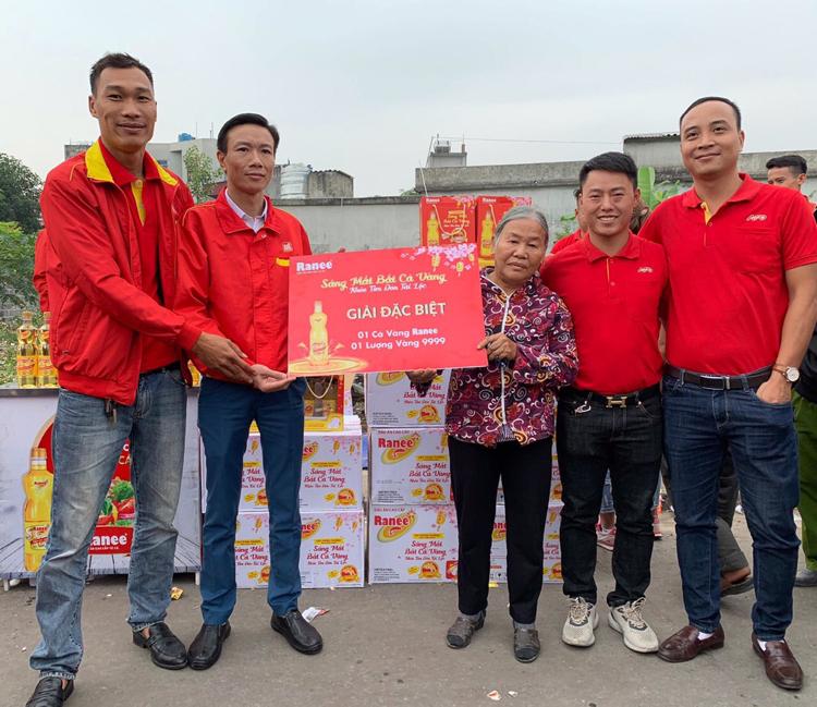 Bà Nghiêm Thị Vòng trúng 1 lượng vàng 999.9 khi mua dầu ăn cao cấp Ranee.