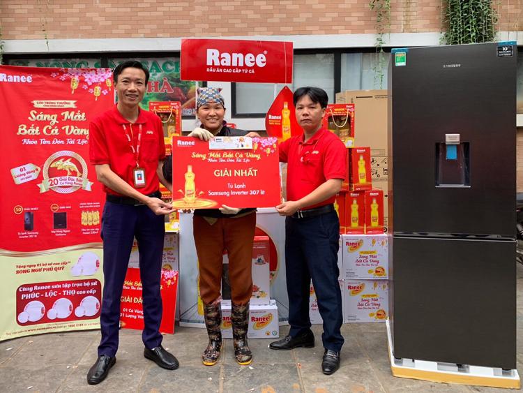 Chị Trịnh Thị Huyền trúng tủ lạnh Samsung trong chương trình khuyến mãi của Ranee.