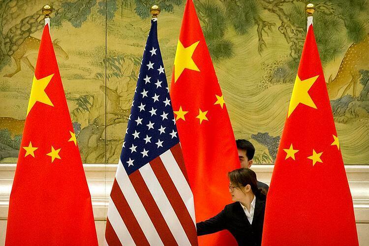 Cờ Mỹ và Trung Quốc trong một cuộc đàm phán thương mại hồi tháng 2. Ảnh: Reuters