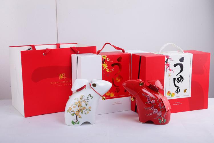 Hộp đựng có màu đỏ sang trọng, đặc trưng ngày Tết, mang ý nghĩa về hạnh phúc, bình an.