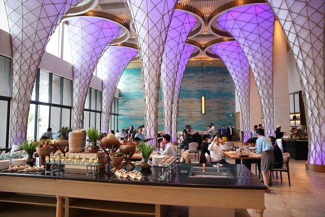 Thưởng thức ẩm thực đa văn hoá bên bờ biển Bãi Dài bao la, Blu Lobster phỏng theo kiến trúc của những mái nhà Việt cong cong, không chỉ hoàn thiện thêm bức tranh làng chài mà còn là không gian cho trải nghiệm thú vị những món ăn Việt, đặc biệt là hải sản tươi ngon. Như một viên pha lê xanh lấp lánh, Radisson Blu Resort là không gian của những trải nghiệm hoà mình vào thiên nhiên, là trở về với cuộc sống bình yên mộc mạc của làng chài ven biển, là bản giao hưởng thăng hoa đầy cảm xúc nơi Bãi Dài.