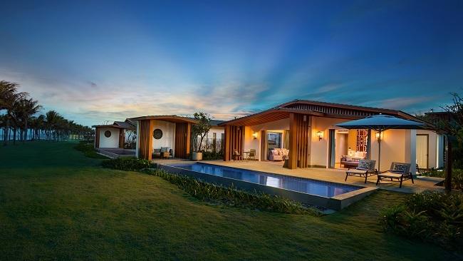 Yên bình, lịch lãm và sang trọng là những từ chủ đầu tư mô tả về Radisson Blu Resort Cam Ranh. Khu nghỉ dưỡng mang cảm hứng thiết kế bản địa mộc mạc pha trộn hài hòa nét đương đại tinh xảo, khơi nguồn cảm xúc mới lạ nơi du khách khi đặt chân đến Bãi Dài.