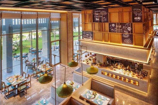 Theo đuổi triết lý tươi ngon từ nông trại cho tới bàn ăn chuỗi nhà hàng ẩm thực đa dạng sẽ chinh phục cả những thực khách khó tính nhất. Nhà hàng Panorama được thiết kế theo kiểubếp mở hiện đại kết hợp cùng phong cách Marché, phục vụ thực khách các bữa tiệc Buffet và các món À la carte. Trong khi đó, nhà hàng Tropicana nằm ngay bên bãi biển, là địa điểm thú vị để du khách tìm đến vừa thưởng thức những món ngon đặc sắc do đội ngũ đầu bếp tài năng chế biến, nhâm nhi ly cocktail, rượu vang hảo hạng, vừa có thể phóng tầm mắt ra xa, thư giãn trong không gian rộng mở. Beach Club với những bữa tiệc âm nhạc sôi động, những vũ điệudưới nền nhạc DJ chắc chắn sẽ lôi cuốn bước chân du khách.