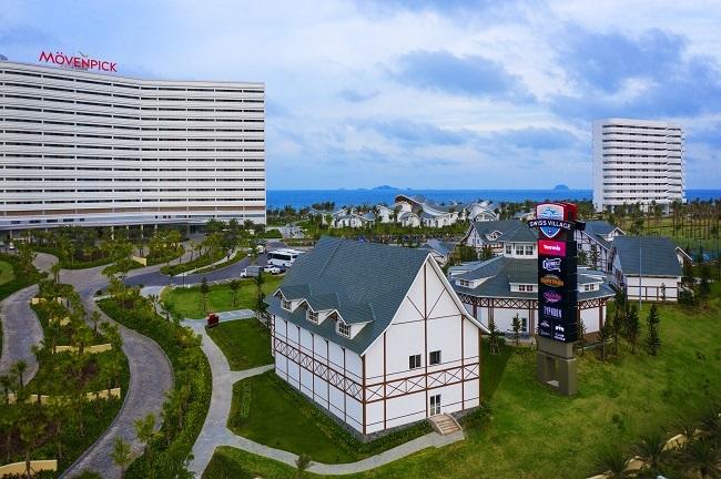 Lấy ý tưởng Hành trình những chuyến đi, Mövenpick Hotel với 250 phòng tiêu chuẩn 5 sao quốc tế lại mang sắc thái phiêu lưu, du ngoạn đầy phóng khoáng. Hình ảnh chiếc vali trang trí chủ đạo xuyên suốt từ sảnh chính cho đến phòng khách sạn, tạo nên sự khác biệt. Trong khi đó, phân khu Mövenpick Residence là sự kết hợp độc đáo giữa mô hình khách sạn và căn hộ nghỉ dưỡng. Tất cả các phòng đều lắp đặt nội thất cao cấp, bố trí bếp để du khách có thể nấu nướng, thưởng thức những món đặc sản địa phương. Mövenpick Residence phù hợp cho những du khách mong muốn có một kỳ nghỉ dài ngày thú vị.