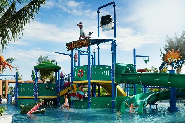 Mövenpick Resort Cam Ranh còn đầu tư nhiều tiện ích giải trí kết hợp giáo dục thể chất, trí tuệ (khu đọc sách, vẽ tranh, tường leo núi,...) tại 2 phòng sinh hoạt câu lạc bộ cho trẻ nhỏ và tuổi teen. Ngoài hồ bơi riêng dành cho trẻ em còn có bể bơi vô cực trung tâm với 4 làn trượt dài hơn 50m.