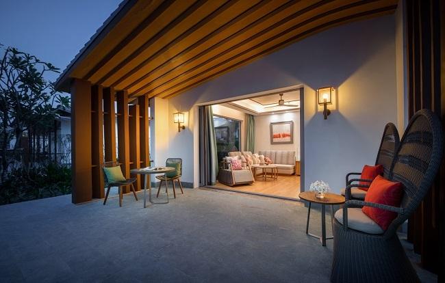 Nhất quán theo mô hình kiến trúc làng chài, nhà hàng Sunrise thiết kế không gian như một chiếc thuyền lớn với những cột lưới cách điệu, nội thất đan xen sắc xanh, vàng, nâu. Chủ đầu tư sử dụng chất liệu chủ đạo là gỗ, tre, mây, dây thừng tạo nên điểm nhấn mới lạ. Villas tại Radisson Blu cũng được bố trí so le và chênh lệch độ cao để dù đứng ở đâu, du khách cũng cảm nhận được vẻ đẹp của biển.