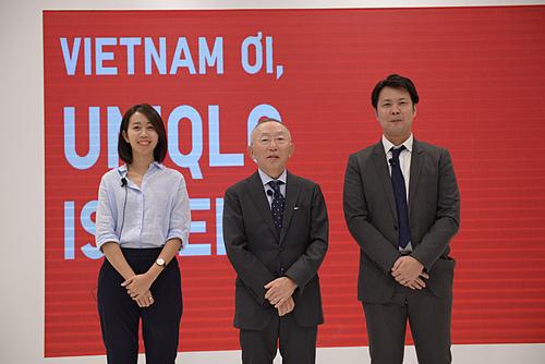 Ông Tadashi Yanai (giữa) cùng Giám đốc Uniqlo Việt Nam Osamu Ikezoe tại buổi gặp gỡ với báo chí chiều 5/12. Ảnh: P.L