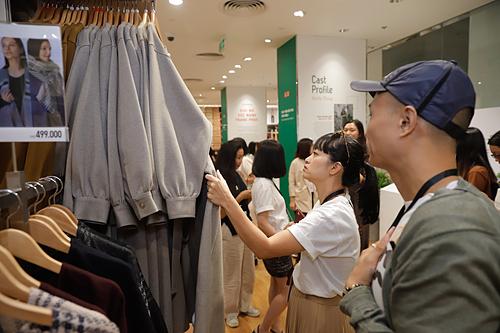 Khách tham quan sản phẩm bên trong cửa hàng Uniqlo đầu tiên tại Việt Nam. Ảnh: P.L