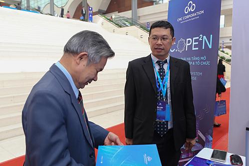 Giải pháp hệ sinh thái hạ tầng mở C.OPE2N thu hút sự quan tâm của lãnh đạo doanh nghiệp, cơ quan quản lý trong triển lãm 60 năm thành lập Bộ Khoa học và Công nghệ. Ảnh: Tuấn Cao