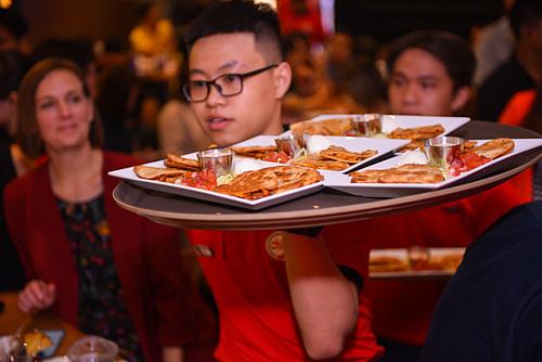 Nhân viên đang phục vụ món ăn bên trong nhà hàng Chilis American Grill & Bar đầu tiên tại Việt Nam. Ảnh: D.Q