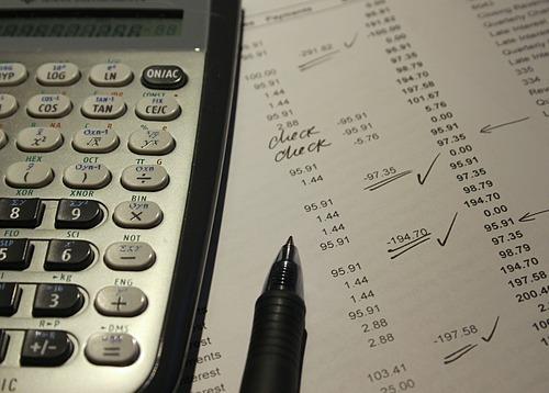 Nhìn lại các khoản chi để biết tiền đã đi về đâu. Ảnh: Pixabay
