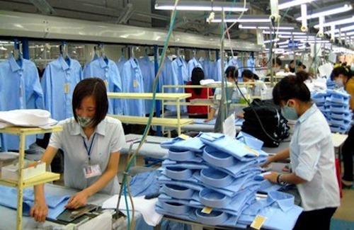 Sản xuất áo sơ mi tại Công ty May 10. Ảnh: May 10