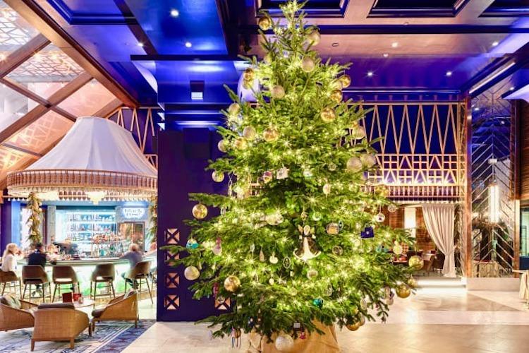 Cây thông Noel được trang trí bằng kim cương và các loại trang sức đắt giá, trưng bày tại sảnh khách sạn Kempinski. Ảnh: CNN