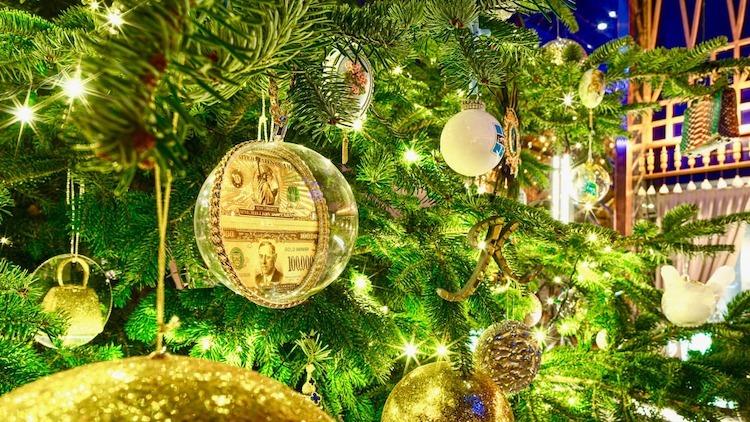 Quả châu trang trí cây Noel được chế tác từ kim cương. Ảnh: CNN