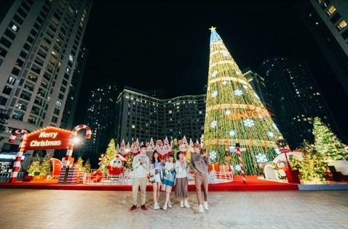 Vincom Mega Mall Royal City tái hiện hoạt cảnh Giáng sinh tại thị trấn Tuyết với điểm nhấn cây thông cao 30m