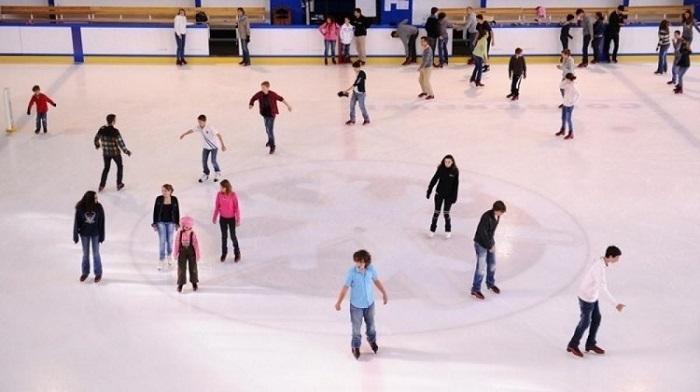 Sunshine Diamond River còn đầu tư sân trượt băng và patin với hàng loạt các trò chơi thú vị như trượt băng, trượt patin, cà phê tuyết, băng đăng.