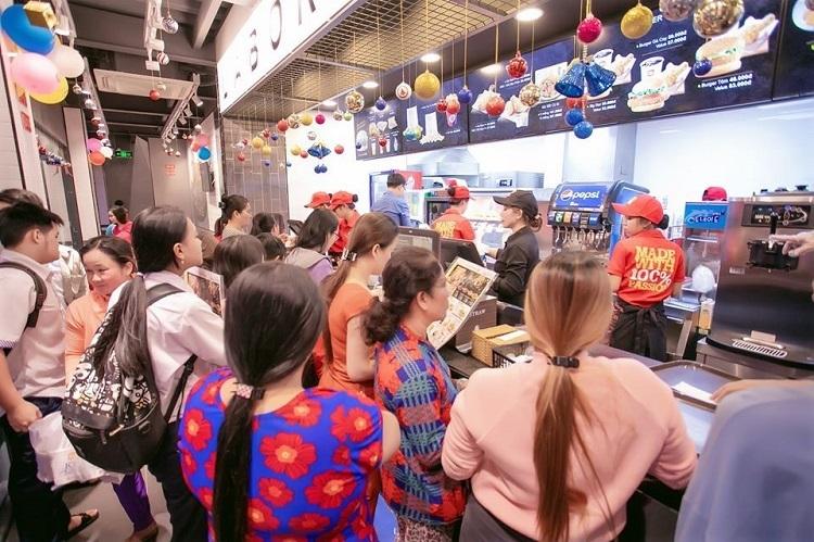 Cửa hàng Lotteria trong ngày khai trương đón 1.200 lượt khách.