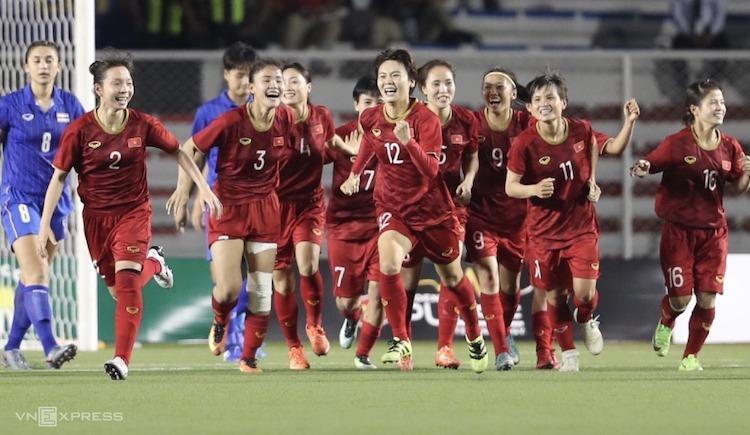 Niềm vui của các cô gái vàng bóng đá nữ Việt Nam sau chiến thắng tại trận chung kết trước đối thủ Thái Lan. Ảnh: Đức Đồng