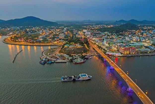 Sẽ đạt chuẩn đô thị loại 2 trước năm 2025Cuối tháng 10 vừa qua, tại Hà Nội, Bộ Xây dựng tổ chức hội nghị thẩm định Nhiệm vụ quy hoạch chung (QHC) thành phố và khu kinh tế cửa khẩu Hà Tiên.Báo cáo tóm tắt nhằm cụ thể hóa chủ trương của Chính phủ về phát triển thành phố và khu kinh tế cửa khẩu Hà tiên, tỉnh Kiên Giang thành một trong những trung tâm kinh tế - xã hội, thương mại, du lịch, văn hóa - di sản vùng đồng bằng sông Cửu Long (ĐBSCL).Bên cạnh đó, quy hoạch còn nhằm chuyển hóa không gian chức năng hướng tới phát triển đô thị thông minh, xanh, bền vững với hạ tầng kỹ thuật hiện đại, tạo tiền đề để Hà Tiên đạt tiêu chuẩn đô thị loại II trước năm 2025.Đồng thời, quy hoạch thành phố và khu kinh tế cửa khẩu Hà Tiên với tính chất là thành phố cửa khẩu du lịch quốc gia và quốc tế, là một cực tăng trưởng trọng điểm của khu vực ĐBSCL.KĐT mới Hà Tiên đang là đòn bẩy quan trọng trong lộ tình phát triển của thành phố khi các dịch vụ tiện ích và thương mại đang dần dịch chuyển về đâyTP Hà Tiên được định hướng phát triển theo mô hình đa cực, đa trung tâm nhằm khai thác và phát huy các tiềm năng, lợi thế hiện có, theo hướng lấn biển, hình thành chuỗi đảo ven biển kết nối trung tâm thành phố với quần đảo Hải Tặc.Hiện nay, Hà Tiên đang là thành phố thu hút mạnh đầu tư của vùng Tây Nam Bộ. Tại hội nghị xúc tiến đầu tư Tỉnh Kiên Giang vào tháng 7 năm nay, Hà Tiên bất ngờ nhận được sự chú ý mạnh mẽ trong lĩnh vực công nghiệp với các dự án Nhà máy sản xuất, lắp ráp hàng điện tử, máy tính; Nhà máy chế biến thực phẩm đóng hộp, công suất 10.000 tấn sản phẩm; Nhà máy sản xuất và gia công vali, túi xách, giày da xuất khẩu công suất 5 triệu sản phẩm/năm hay khu phức hợp công nghiệp chuỗi giá trị tôm công nghệ cao quy mô 10 ngàn ha của tập đoàn Minh Phú.Đặt mục tiêu 6,4 triệu lượt du kháchTheo quy hoạch tổng thể phát triển du lịch của Hà Tiên, đến năm 2030, Hà Tiên dự kiến hoàn chỉnh kết cấu hạ tầng và cơ sở vật chất kỹ thuật du lịch chất lượng cao. Mục tiêu cụ thể, năm 2020: Thu hút trên 