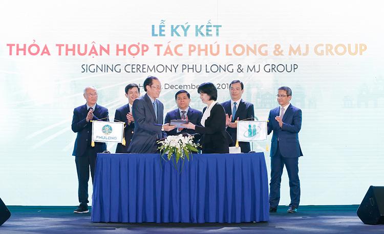 Ông David Kou (trái), Phó tổng giám đốc Phú Long và đại diện MJ Group trao biên bản ghi nhớ.