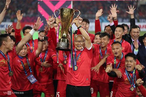 HLV Park Hang Seo cùng tuyển Việt Nam nâng cao chức vô địch AFF Cup tại Mỹ Đình vào tháng 12/2018. Ảnh: Đức Đồng.