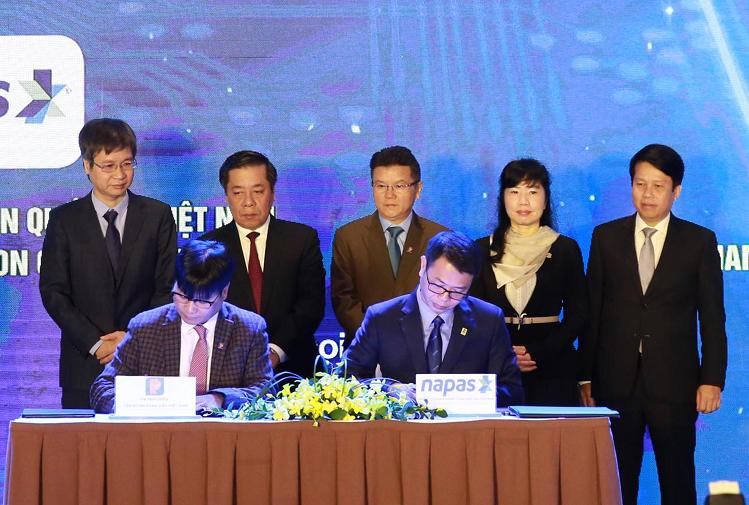 Đại diện Petrolimex (bên trái) và Napas (bên phải) ký kết hợp tác thúc đẩy thanh toán không dùng tiền mặt