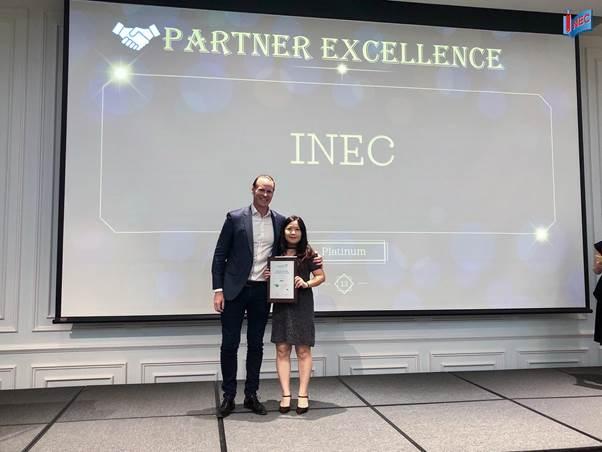 Đại diện Du học INEC nhận giải Đối tác bạch kim từ Ông Scott Jones - CEO của Tập đoàn Navitas.