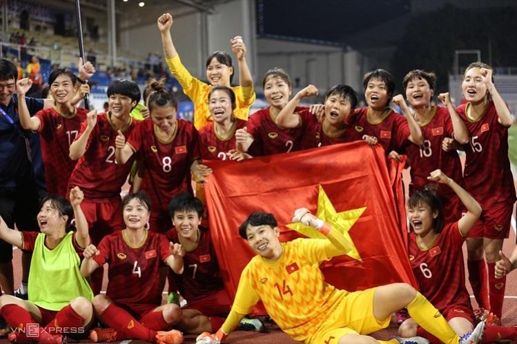 Các cầu thủ nữ Việt Nam ăn mừng huy chương vàng SEA Games lần thứ 6. Ảnh: Lâm Thoả.