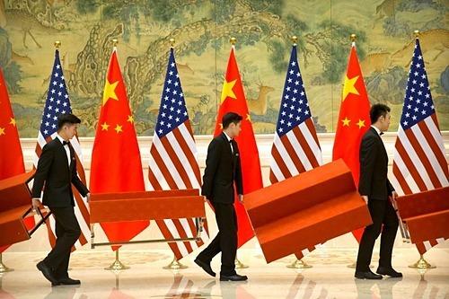 Nhân viên chuẩn bị khu vực chụp ảnh nhóm của đoàn đám phán thương mại Mỹ - Trung tại Bắc Kinh vào tháng 2/2019. Ảnh: Reuters