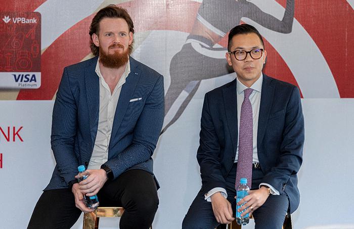 Ông Dane Fort (trái) và ông Phùng Duy Khương (phải) trong buổi họp báo trả lời phỏng vấn.