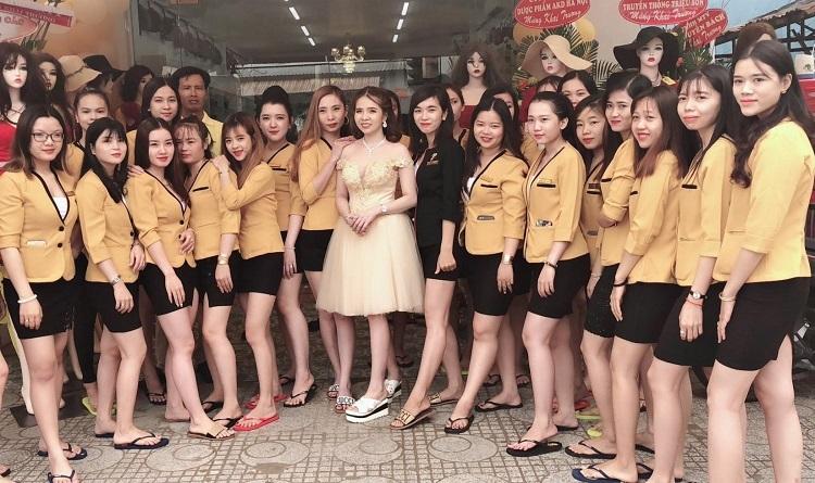 Giám đốc Lê Kim Tho (đầm vàng) cùng đội ngũ nhân viên Win Beauty.