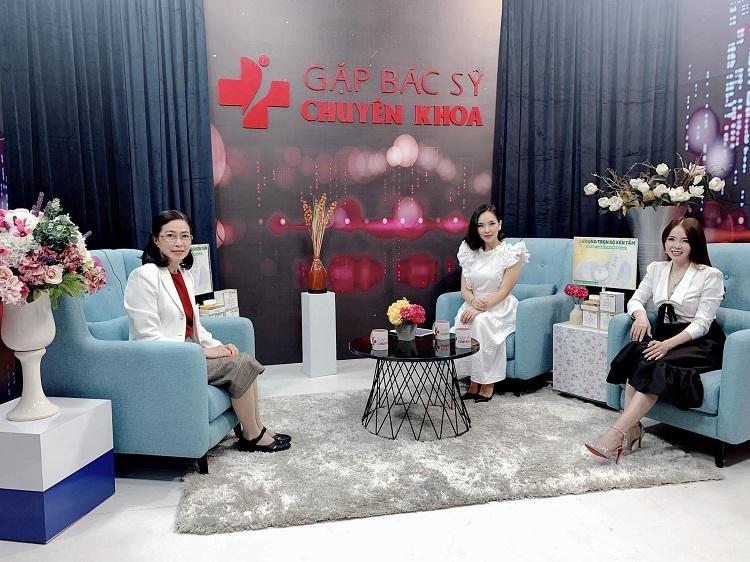 Bà Lê Kim Tho (ngồi bên phải) tham gia một chương trình cùng các chuyên gia da liễu.