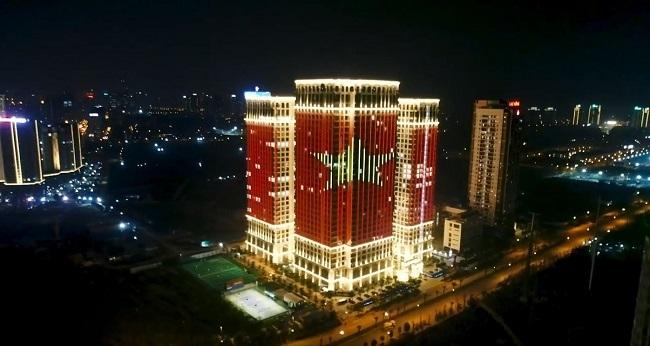 Sunshine Riverside thắp sáng cả toà nhà cùng hình ảnh lá quốc kỳ.