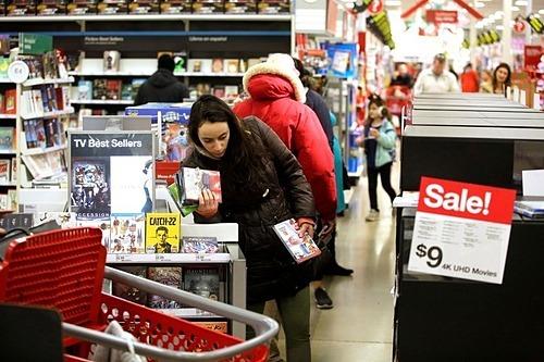 Khách hàng mua sắm dịp Black Friday tại cửa hàngTarget ở Chicago vào tháng 11/2019. Ảnh: Reuters