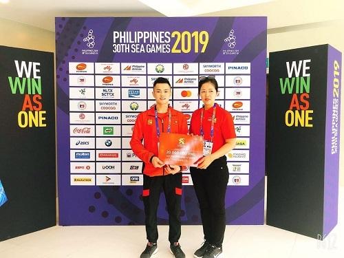 VĐV Lại Gia Thành - Huy chương vàng ở nội dung 55kg cử tạ nam, với tổng cử 264kg nhận thưởng từ thương hiệu Bia Saigo